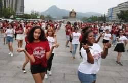 [서소문사진관] 서울 한복판서 K-POP 춤춘 400여명의 외국 대학생들