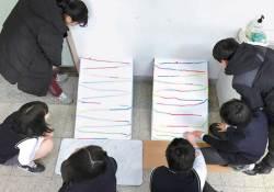 [<!HS>열려라<!HE> <!HS>공부<!HE>+] 학생들 '거꾸로 교실' 자료집 펴낸 미래엔, 소통·협력하며 창의력 기르는 활동 수업 길잡이