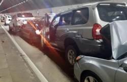 중부내륙고속도로 터널서 13대 추돌사고…인명 피해 없어