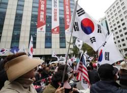 """촛불집회 1주기 '맞불' 태극기 집회 열고 """"<!HS>박근혜<!HE> 석방"""" 촉구"""