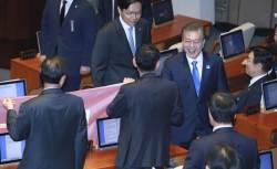 [포토사오정] 국회 연설 마친 문 대통령, 항의 시위하는 한국당 쪽으로 퇴장... 정우택-<!HS>김무성<!HE>과도 인사