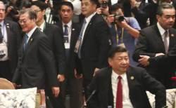 '세계의 지각왕' 된 <!HS>시진핑<!HE>…원조 지각왕 푸틴에 '힘 자랑'?
