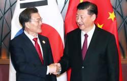 """문 대통령 """"비 온 뒤 땅 굳는다"""" <!HS>시진핑<!HE> """"새로운 출발"""""""