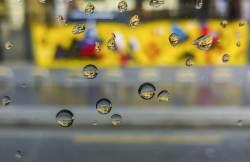 [권혁재 핸드폰사진관] 버스창의 물방울이 품은 세상