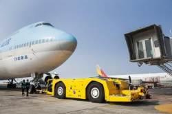 [강갑생의 바퀴와 날개] 15배 무게 비행기 끄는 괴력···공항의 작은 거인'토잉카'