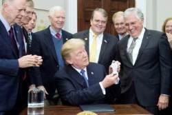 트럼프, 아폴로 이후 45년 만에 유인 우주탐사 재개 '서명'