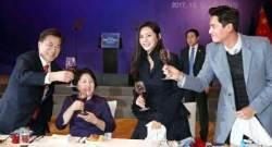 [사진] 방중 문 대통령, 추자현·우효광 부부와 건배