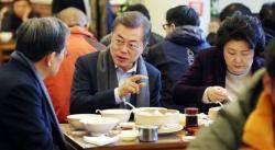 """文대통령 혼밥 논란···靑 """"기획 일정, 홀대론 동의 못해"""""""