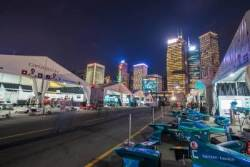 홍콩 빌딩 숲에서 미래 자동차를 만나다