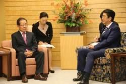 아베의 '의자 꼼수'…방일 한국 정치인 격 낮추기 시도?