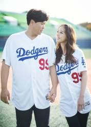 <!HS>류현진<!HE>-배지현, 야구 콘셉트 웨딩화보 공개