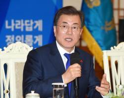 <!HS>문재인<!HE> 대통령, 2017년 지지율 68.5%로 마감