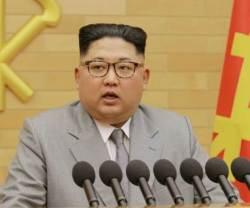 """[북한TV속의 삶 이야기] [단독] """"해외주재관은 김일성·<!HS>김정일<!HE> 배지 달지 않아도 괜찮다"""""""
