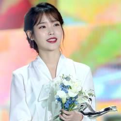 '밤편지' 띄운 아이유, 데뷔 10년 만에 대상 품다
