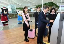 [서소문사진관]<!HS>문재인<!HE> 대통령, 김연아· 송중기와 공항에서 셀프 체크인
