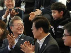 """<!HS>문재인<!HE> 대통령 지지율 63% 최저치 경신…""""朴 최고치와 비슷"""""""