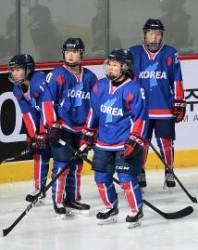 [서소문사진관]'한반도기'에 'KOREA', 남북 단일팀 첫 평가전