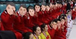 北 응원단이 든 '미남 가면'…김일성 아니라면 누구?