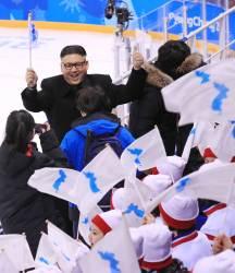 북한 응원단 앞에 김정은 코스프레 남성 등장 해프닝…결국 쫓겨나