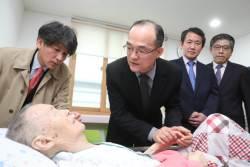 """31년만의 사과…문무일 총장, 박종철 열사 父에 """"잘못 되풀이 않겠다"""""""