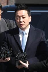 """'<!HS>성추행<!HE> 공방' 정봉주 6시간 반 경찰조사 끝 귀가… """"공정 수사 기대"""""""