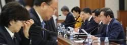 """""""미약한 정책은 수필"""" 이낙연 총리에게 혼쭐난 환경부 장관"""