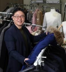 겨울 낯선 동남아 관광객 무료로 방한복 대여 미소 떠오르는 한국 알려요