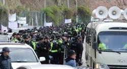 150명 시위대 못 막은 3000명 경찰…시위대와 협상한 국방부