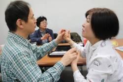 한국의 '헬렌켈러' 시청각장애인 1만명…'설리반 선생'이 없다