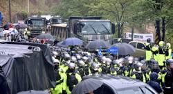 <!HS>사드<!HE>기지에 트럭 등 공사장비 22대 반입 … 시위대 200명 강제 해산