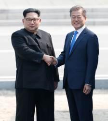 [서소문사진관]11년 전엔 <!HS>노무현<!HE>, 오늘은 김정은이 군사분계선 (MDL) 넘다