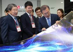 LG는 투명, <!HS>삼성<!HE>은 S자 물결 … 차세대 디스플레이 경쟁