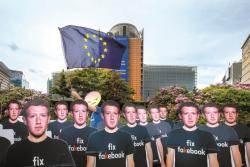 [사진] 페북 정보 유출 항의하는 '가짜 저커버그들'