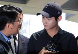 '동료연예인 <!HS>성추행<!HE>·흉기 협박 혐의' 배우 이서원 검찰 출석