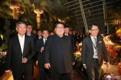 [<!HS>서소문사진관<!HE>]김정은 회담 12시간 앞두고 한밤 싱가포르 투어