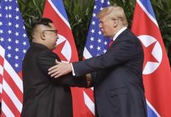 [<!HS>서소문사진관<!HE>] '최고존엄' 김정은 어깨 두드리는 트럼프 대통령