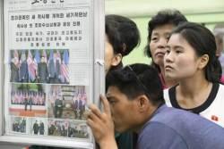 [<!HS>서소문사진관<!HE>]북미 사이에 무슨일이?...노동신문 보는 북한주민
