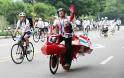 [<!HS>서소문사진관<!HE>] 자전거대행진<!HS>,<!HE> 신나게 페달 밟는 이색 참가자들
