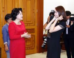 [사진] <!HS>청와대<!HE> 간 '3억 기부자' 윤아