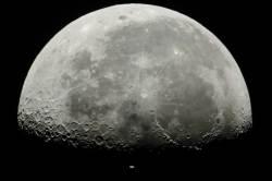 [서소문사진관] 우주정거장(ISS) 품은 달! 지구에서 찍은 굿~~샷