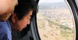 뒤늦게 '폭우' 피해지역 찾은 <!HS>아베<!HE>의 SNS에 올라온 사진