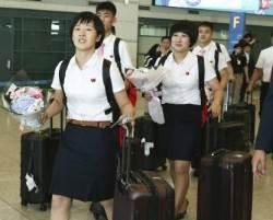 [서소문사진관]꽃다발 들고 방긋! 남북단일팀 앞둔 북한 탁구 선수단 입국