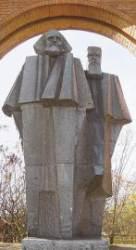 마르크스 조각상은 왜 역사의 죄인처럼 서 있나