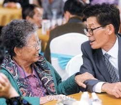 """43년 만에 노모 만난 납북어부 """"어머니, 아프지 마세요"""""""