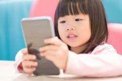 """""""18개월 미만 영아는 스마트폰 못 보게 해야""""…미 소아과 학회 권고"""