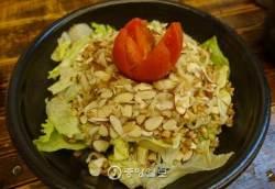[이택희의 맛따라기] 사라다칼국수·바지락팝콘·토마토짬뽕…이태원 신감각 분식집 '중심'