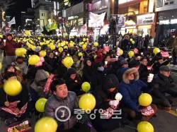 """[12차 촛불집회] 영하 3.8도 한파에도 대구서 600여 촛불 """"<!HS>박근혜<!HE> 구속하라"""""""