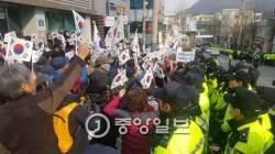 박대통령 지지자들 시위 참석자 2명에게 <!HS>청와대<!HE> 시계선물