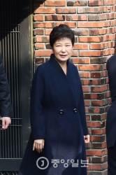 박 전 대통령, <!HS>청와대<!HE> 퇴거와 검찰 출두 때 똑같은 옷 입어