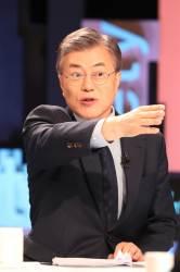 """<!HS>문재인<!HE>, 3분 간 MBC 저격 """"MBC도 심하게 무너졌다"""""""